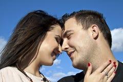 Amanti allo sguardo insieme Fotografie Stock