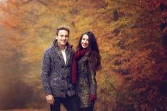 Amanti che camminano congiuntamente in autunno Immagini Stock Libere da Diritti