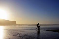 Amanti che camminano sulla spiaggia Immagine Stock