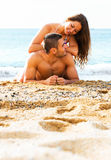 Amanti che prendono il sole alla spiaggia sabbiosa Fotografie Stock Libere da Diritti