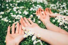 Amanti che si rilassano menzogne sui fiori della molla immagine stock