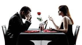 Amanti delle coppie che datano le siluette di disputa della cena fotografie stock libere da diritti