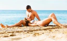 Amanti felici alla spiaggia sabbiosa Fotografia Stock Libera da Diritti