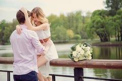 Amanti giovane e donna degli abbracci che abbracciano in natura Fotografie Stock