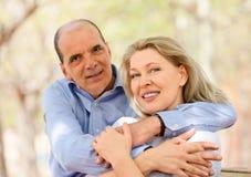 Amanti invecchiati felici che si abbracciano Immagine Stock Libera da Diritti