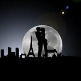 Amanti nella notte di Parigi con la luna Fotografia Stock