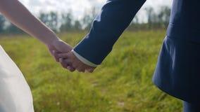 Amanti ragazzo e ragazza che si tengono per mano correre lungo il sentiero forestale Bello piano nel moto Movimento lento stock footage