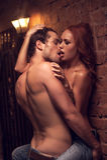 Amanti sexy facendo sesso nel posto romantico. Fotografia Stock