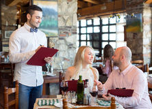 Amants à un restaurant Photos libres de droits