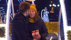 Amants échangeant des cadeaux de Noël dans la foire de Noël clips vidéos