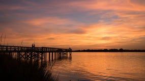 Amants au coucher du soleil Photographie stock
