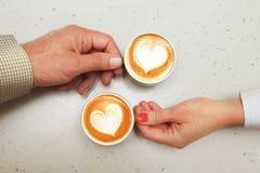 Amants avec des tasses de café Photographie stock