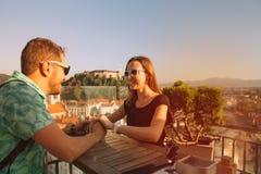 Amants avec les toits rouges européens et château sur le fond à Ljubljana Photos libres de droits