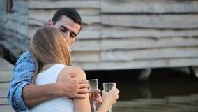 Amants buvant du champagne sur le lac clips vidéos