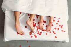 Amants célébrant le Saint Valentin dans la chambre à coucher Photos libres de droits