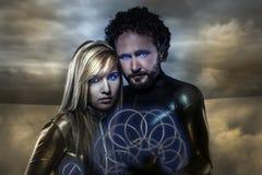 Amants, couples des superhéros de l'avenir, paysage de désert Image stock