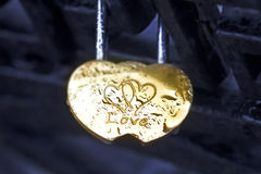 Amants d'or de cadenas comme symbole Photos libres de droits