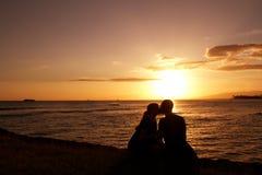 Amants de coucher du soleil images stock
