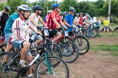 Amants de cyclistes de concurrence photographie stock libre de droits