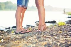 Amants de jambes sur la plage Photographie stock libre de droits
