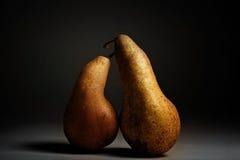 amants de poires sur un fond noir Photographie stock