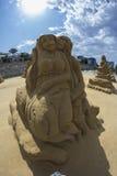 Amants de sculpture en sable sur la plage Images libres de droits