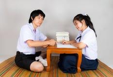 Amants des étudiants thaïlandais asiatiques de lycée Photo stock