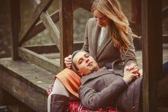 Amants femme et homme s'asseyant près du lac photographie stock libre de droits