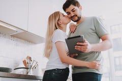 Amants heureux détendant à la maison le week-end photo libre de droits