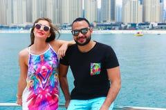 Amants heureux sur le yacht - Dubaï Photos stock