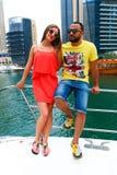 Amants heureux sur le yacht - Dubaï Image stock