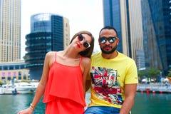 Amants heureux sur le yacht - Dubaï Image libre de droits