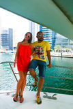 Amants heureux sur le yacht - Dubaï Photographie stock libre de droits