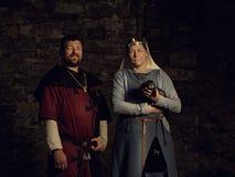 Amants médiévaux Ajouter féeriques à une belette dans des costumes Photo stock