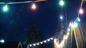 Amants marchant près des lumières colorées par nuit banque de vidéos