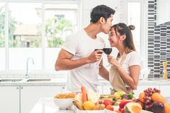 Amants ou couples asiatiques embrassant le front et buvant du vin dans le ki Photographie stock