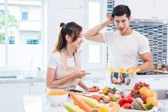 Amants ou couples asiatiques faisant cuire si drôle ensemble dans l'esprit de cuisine Photos libres de droits