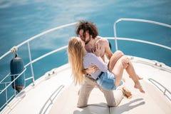 Amants passionnés dansant sur l'arc de la plate-forme tout en naviguant sur le yacht Photographie stock