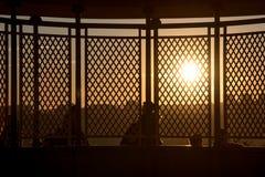 Amants pendant le coucher du soleil au-dessus de la ville Photos stock