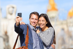 Amants - photo de prise heureuse de selfie de jeunes couples Photos stock