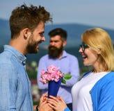 Amants rencontrant des relations extérieures de romance de flirt Couples dans la datation d'amour tandis que mari jaloux observan Photos libres de droits