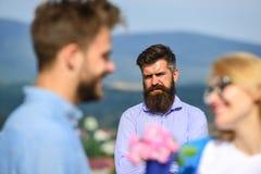 Amants rencontrant des relations extérieures de romance de flirt Couples dans la datation d'amour tandis que mari jaloux observan Photo stock