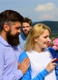 Amants romantiques de date de couples flirtant Amants rencontrant des relations extérieures de romance de flirt Concept de coeur  Image stock