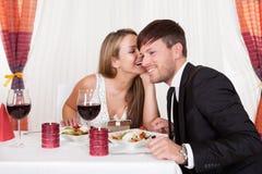 Amants romantiques partageant des secrets Photographie stock libre de droits