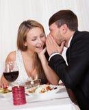 Amants romantiques partageant des secrets Photo libre de droits
