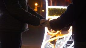 Amants romantiques tenant des mains dehors au marché de Noël banque de vidéos