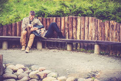 Amants se reposant en parc Image stock
