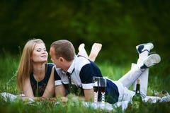 Amants se trouvant sur l'herbe Photographie stock libre de droits