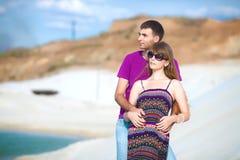 Amants sur la plage avec le sable blanc Photo libre de droits