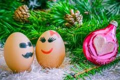 Amants sur Noël, bande dessinée Oeufs peu communs avec des visages, museau Photo stock